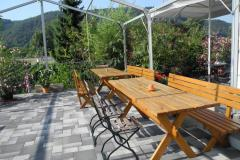 Unsere Terrasse umringt von Weinbergen