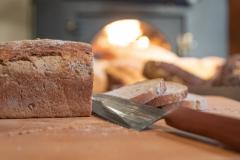 Frisches Brot aus dem Holzbackofen